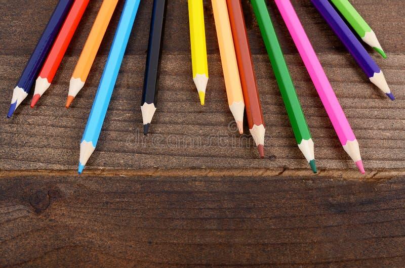 Crayons colorés sur le fond en bois image stock