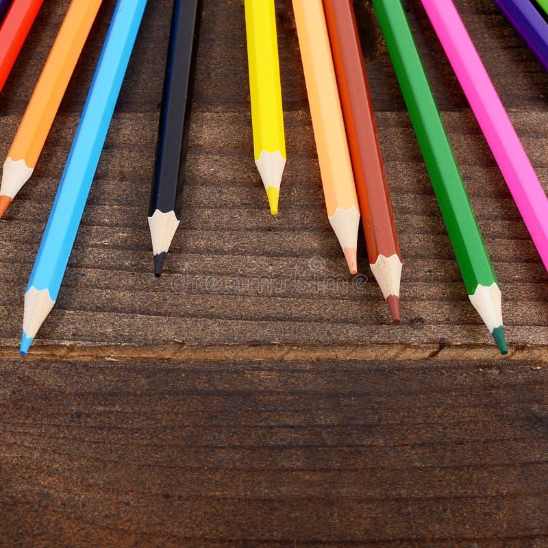 Crayons colorés sur le fond en bois photographie stock