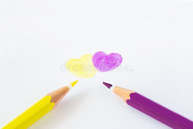 Crayons colorés sur un fond blanc avec l'espace pour le texte image libre de droits