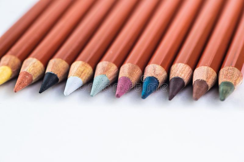Crayons colorés sur un fond en pastel à un point avec l'espace pour le texte photos libres de droits