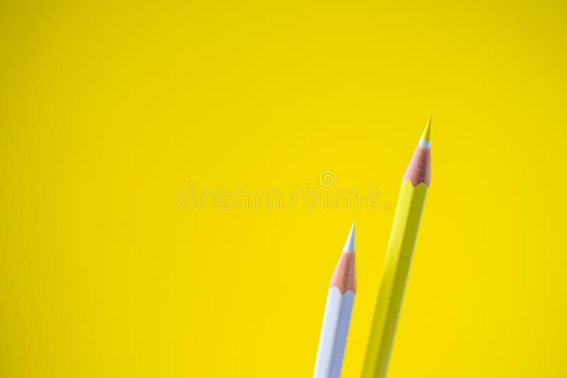 Crayons colorés sur un fond jaune avec l'espace pour le texte images libres de droits