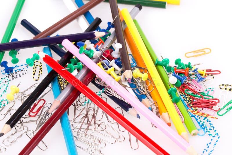 Crayons colorés, trombones photographie stock