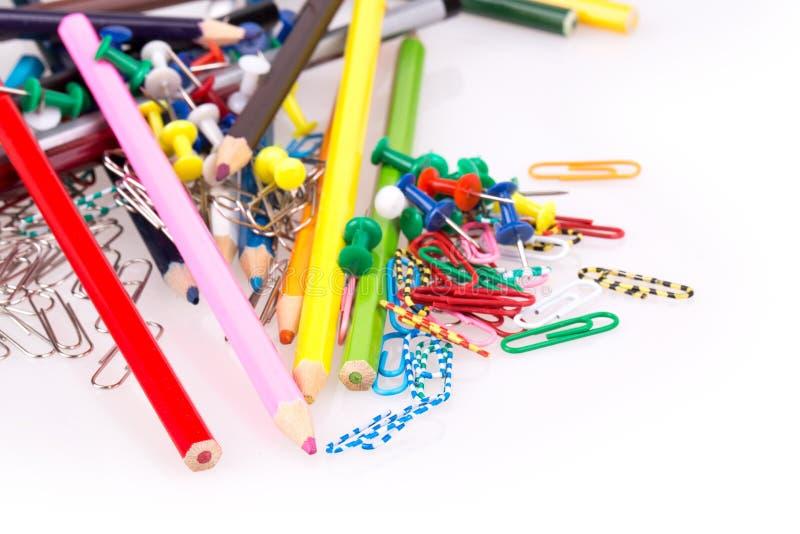 Crayons colorés, trombones image libre de droits