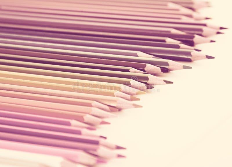 Crayons color?s se situant dans la rang?e irr?guli?re image stock