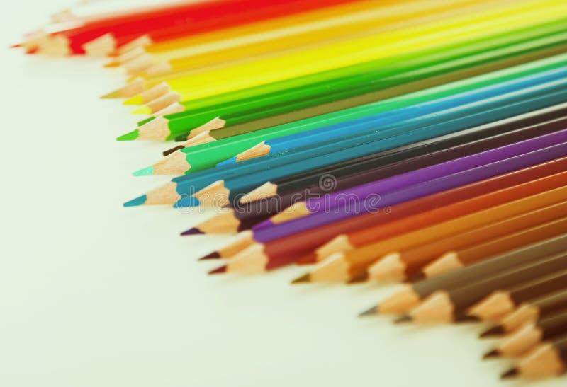 Crayons color?s se situant dans la rang?e irr?guli?re photos libres de droits