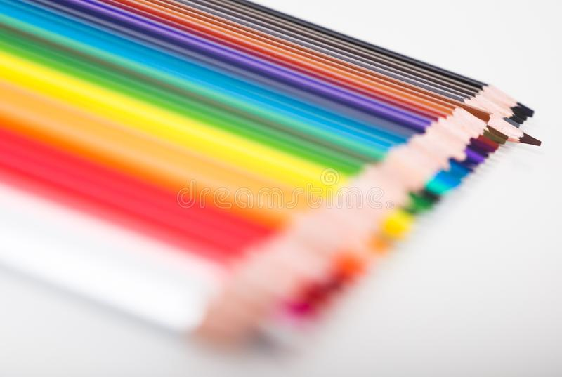 Crayons color?s se situant dans la rang?e photos stock