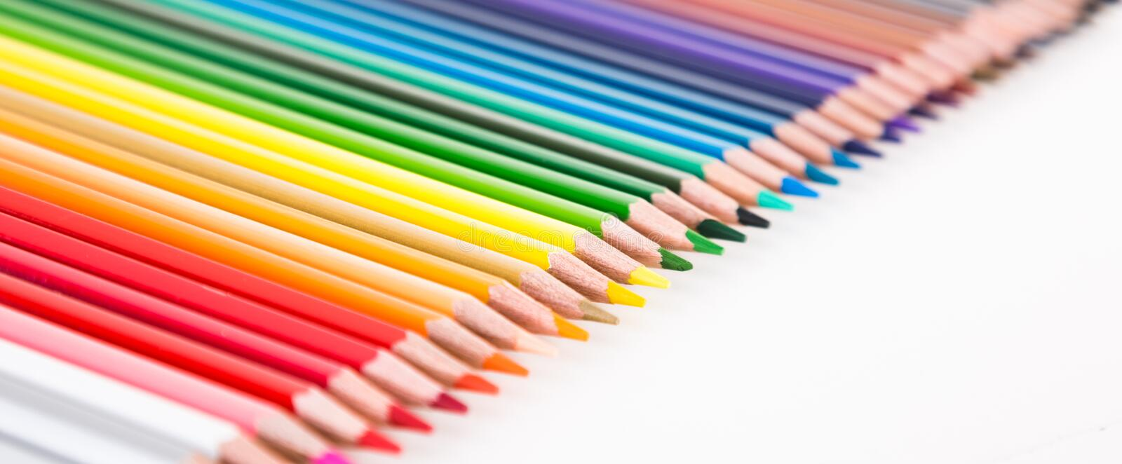 Crayons color?s se situant dans la rang?e photo stock