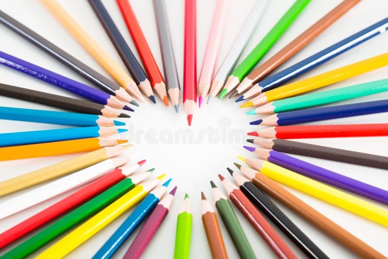 Crayons color?s se trouvant autour du coeur image libre de droits