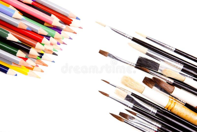 Crayons contre des balais photo libre de droits