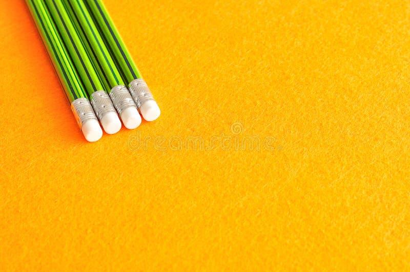 Crayons d'écriture avec des gommes à l'astuce image libre de droits