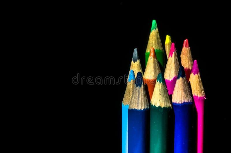 Crayons de couleur à l'arrière-plan noir photo stock