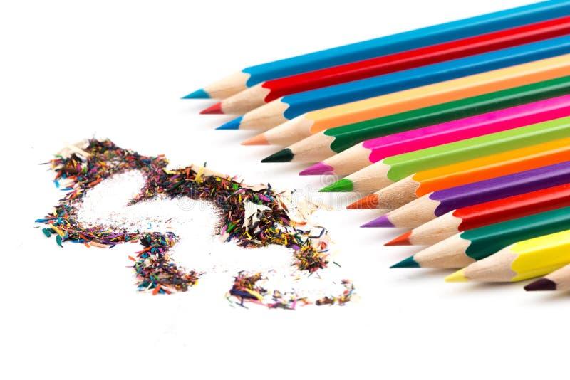 Crayons de couleur avec des copeaux d'isolement sur le blanc image libre de droits