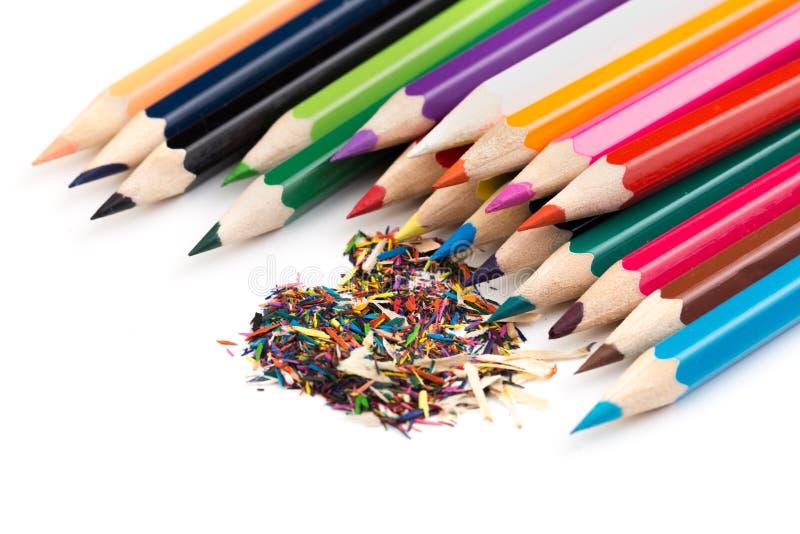Crayons de couleur avec des copeaux d'isolement sur le blanc photos stock