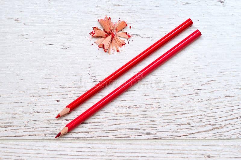 Crayons de couleur d'isolement avec des copeaux photographie stock
