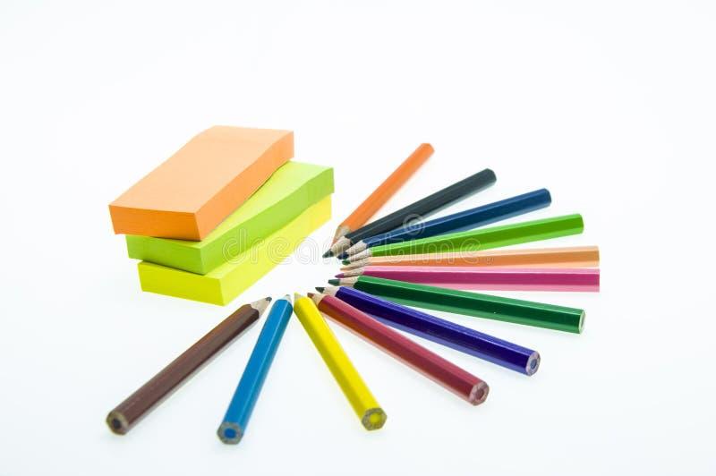 Crayons de couleur d'isolement sur la fin blanche de fond vers le haut photo stock
