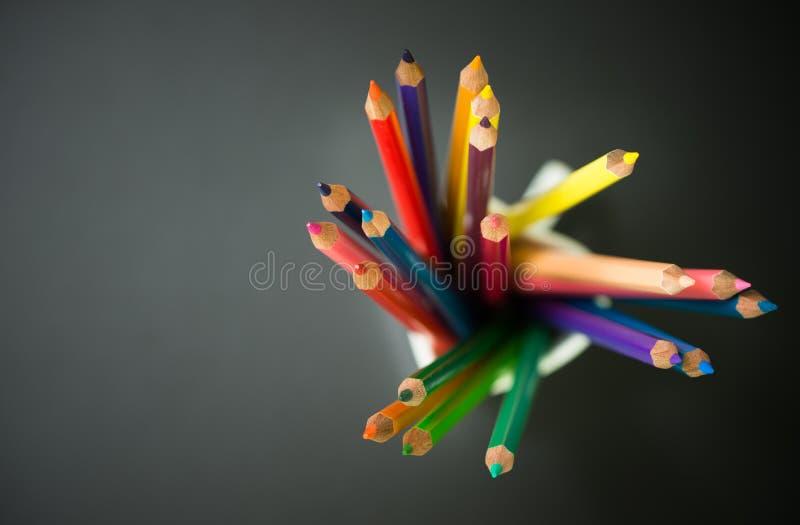 Crayons de couleur dans une tasse images stock