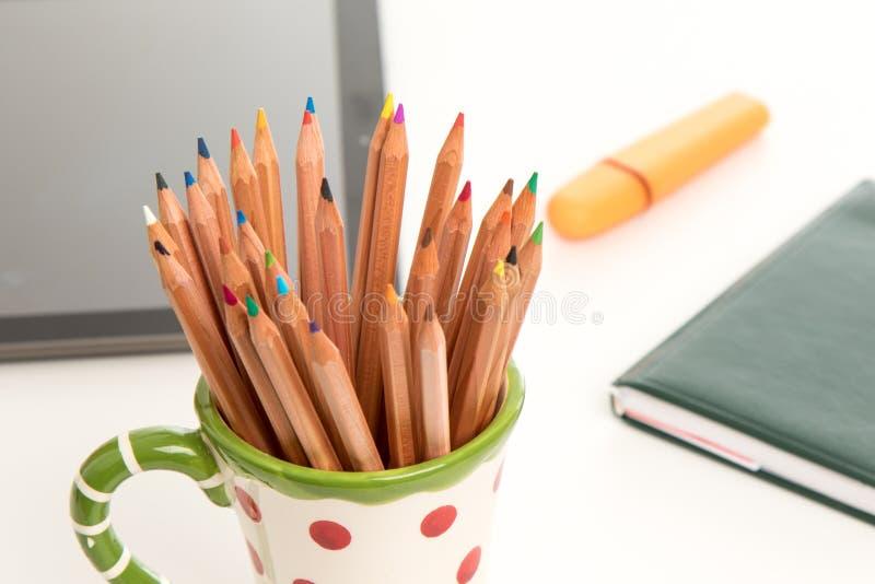 Crayons de couleur dans une tasse image stock
