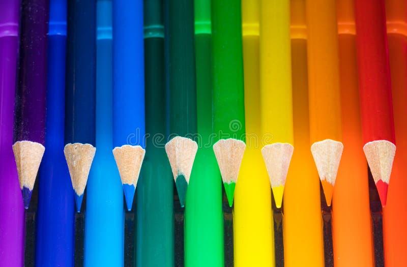 Crayons de couleur disposés côte à côte photo stock