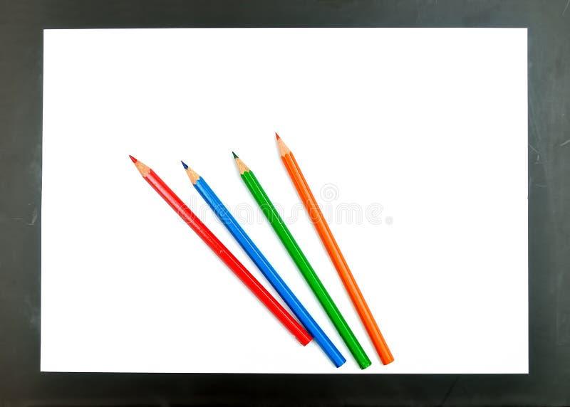 Crayons de couleur et livre blanc image stock