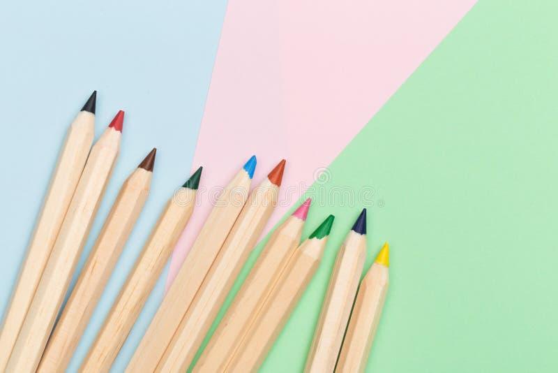 Crayons de couleur sur le fond de couleur photographie stock libre de droits