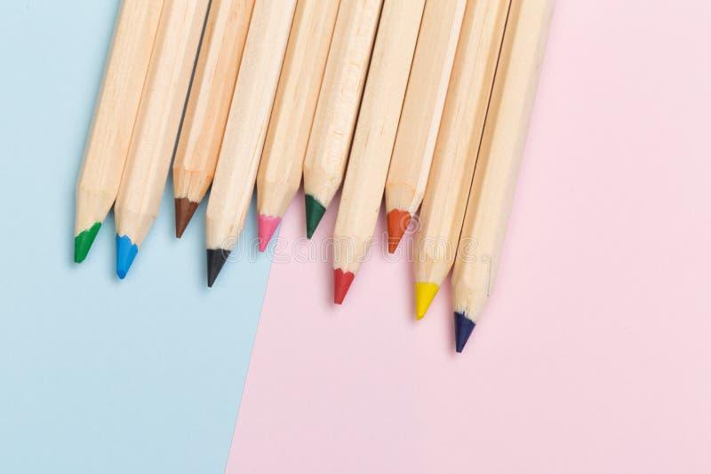 Crayons de couleur sur le fond de couleur images libres de droits