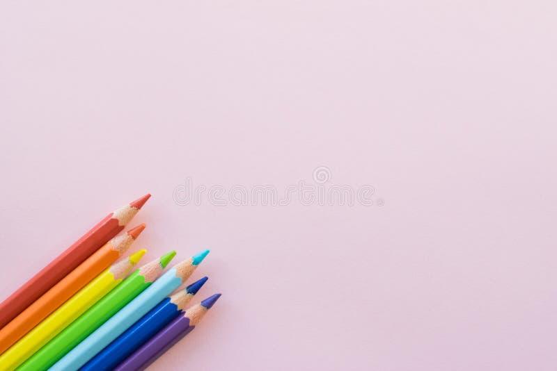Crayons de couleur sur le fond rose, l'espace de copie Fournitures de bureau, de nouveau ? l'?cole photo libre de droits