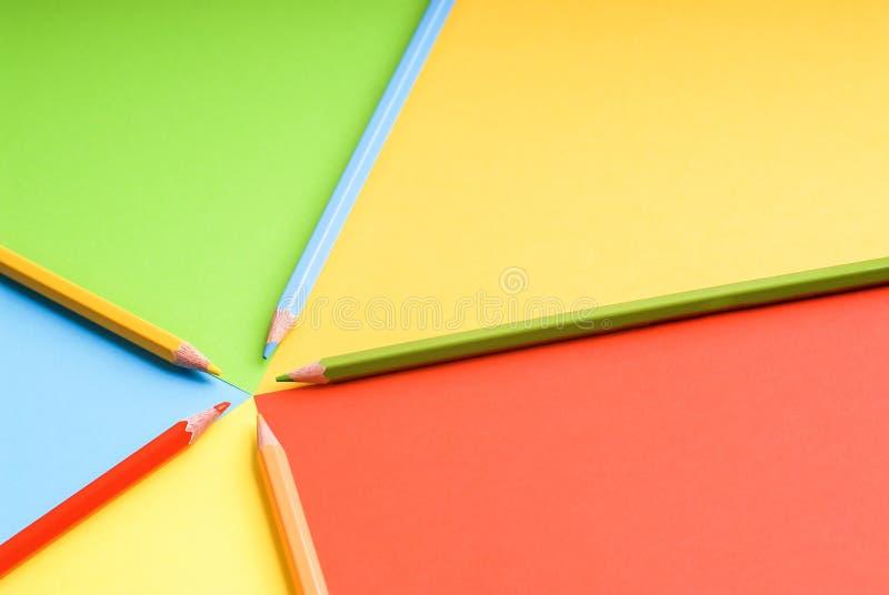 Crayons de couleur sur un fond coloré images libres de droits