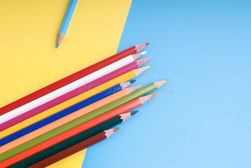Crayons de couleur sur un fond coloré photographie stock