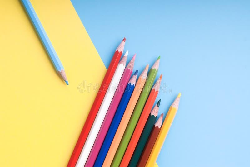 Crayons de couleur sur un fond coloré photo libre de droits