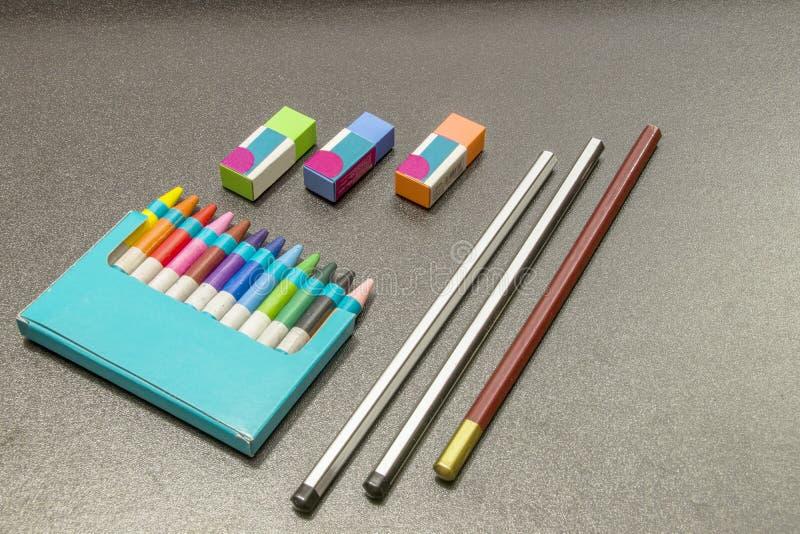 Crayons de couleur sur un fond gris-foncé images stock