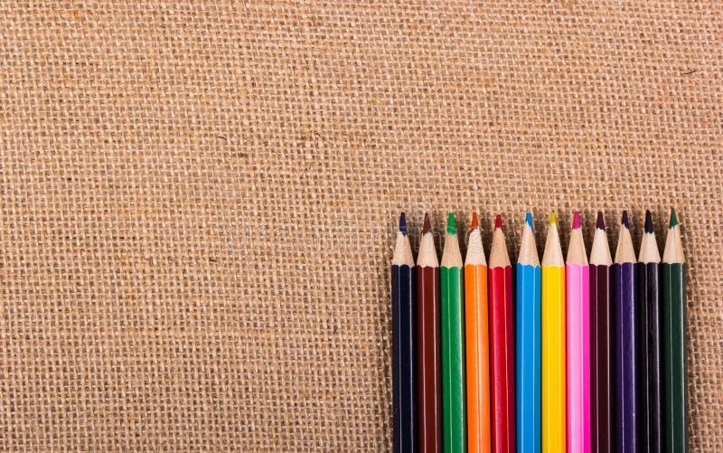Crayons de couleur sur un fond naturel Copiez l'espace photographie stock