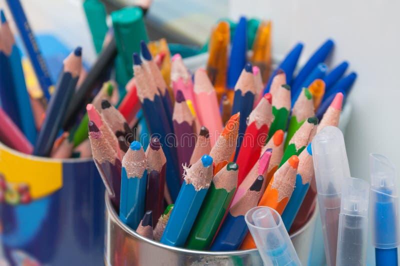 Crayons en bois de coloration à l'école maternelle photo stock