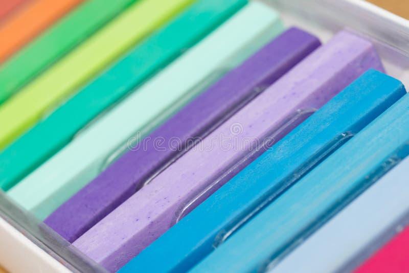 Crayons en pastel de craie dans le macro de boîte images stock