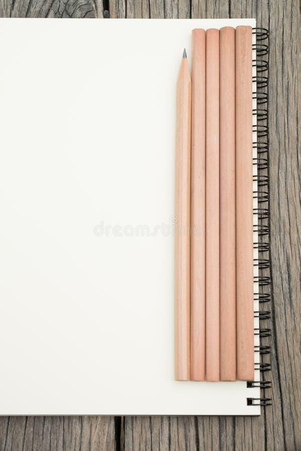 Crayons et carnet sur le bureau photographie stock libre de droits