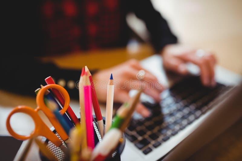 Crayons et ciseaux de couleur dans le support de stylo photos libres de droits