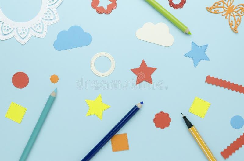 Crayons et formes plates coupés du papier multicolore images libres de droits
