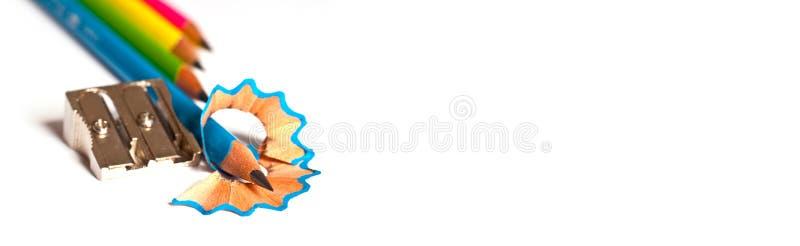 Crayons et taille-crayons en bois sur la bannière blanche et panoramique avec l'espace de copie images libres de droits