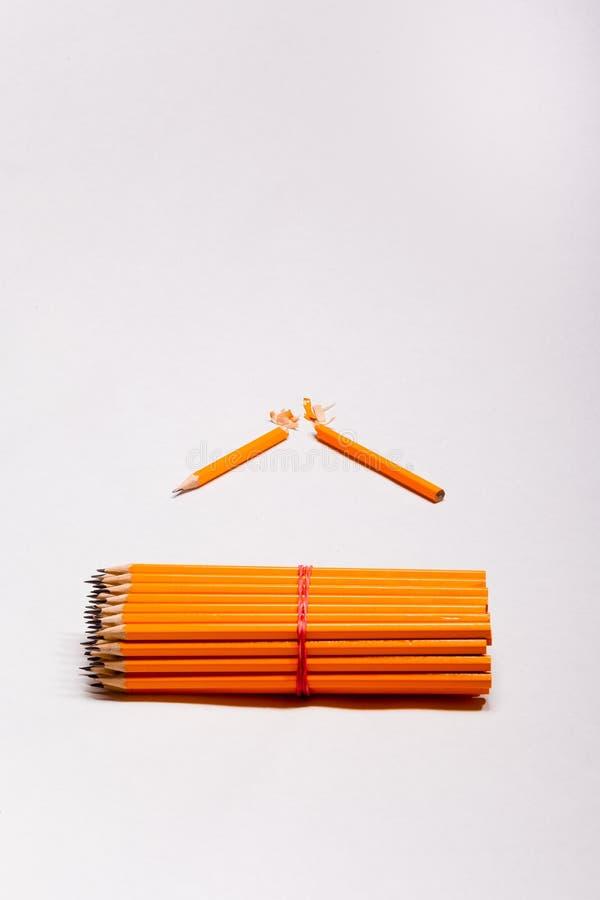 Crayons jaunes et un crayon cassé photos stock