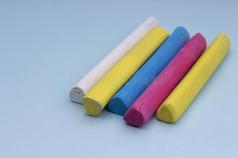 Crayons multicolores sur un fond bleu, d'isolement photos stock