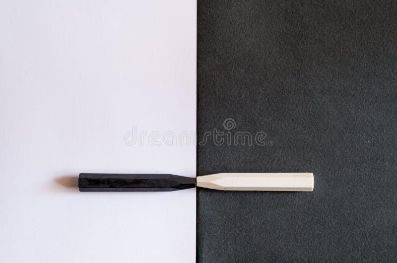Crayons noirs et blancs sur le fond alternatif du même colo photos libres de droits