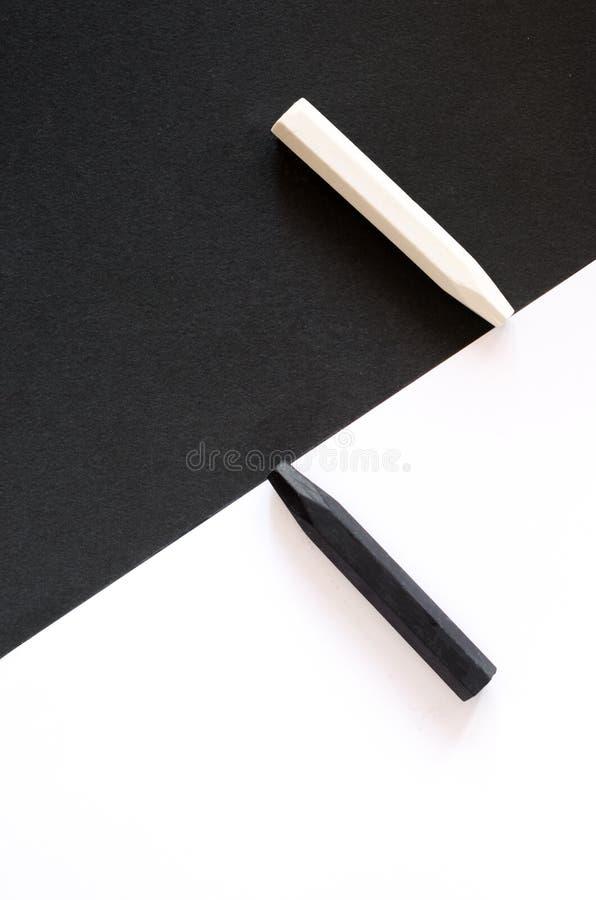Crayons noirs et blancs sur le fond alternatif du même colo photos stock