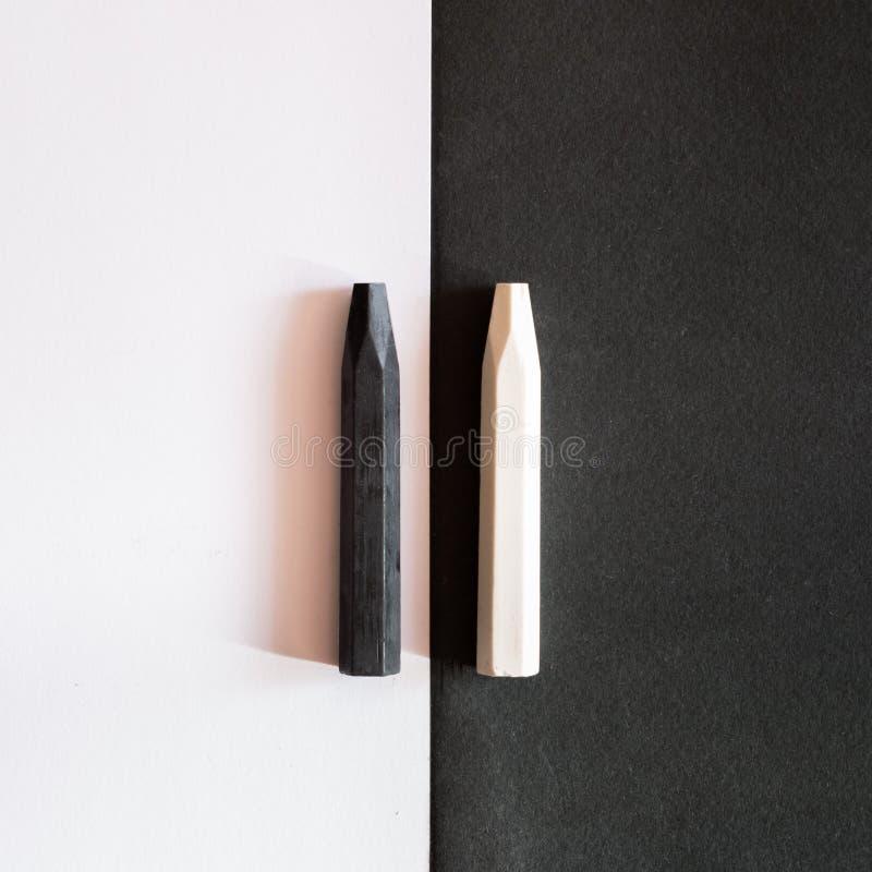 Crayons noirs et blancs sur le fond alternatif du même colo photographie stock