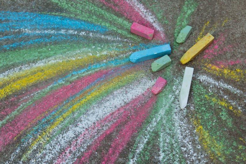 Crayons pour dessiner sur le trottoir images stock