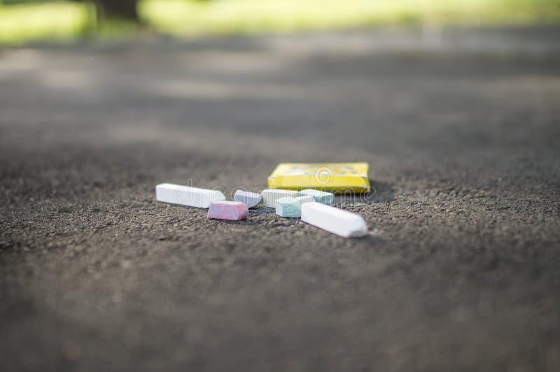 Crayons pour dessiner sur le trottoir en été photos stock