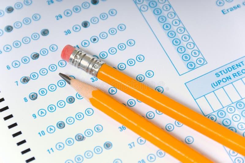 Crayons sur l'examen photos stock