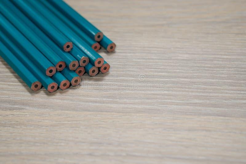 Crayons sur la table en bois image stock