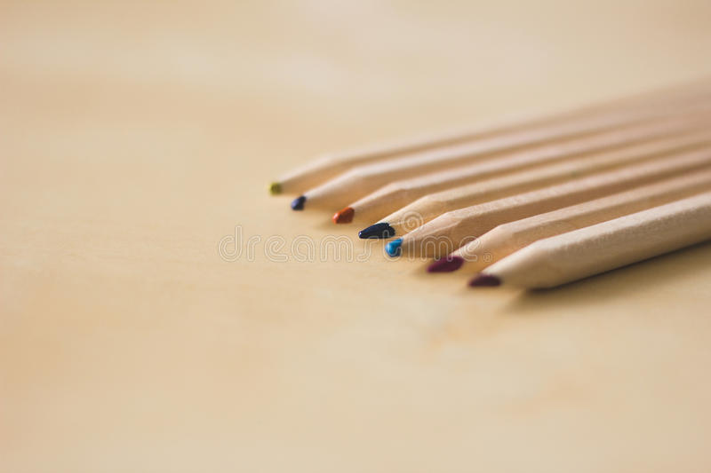 Crayons sur une table image stock