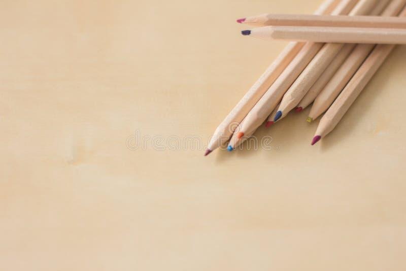Crayons sur une table photo libre de droits