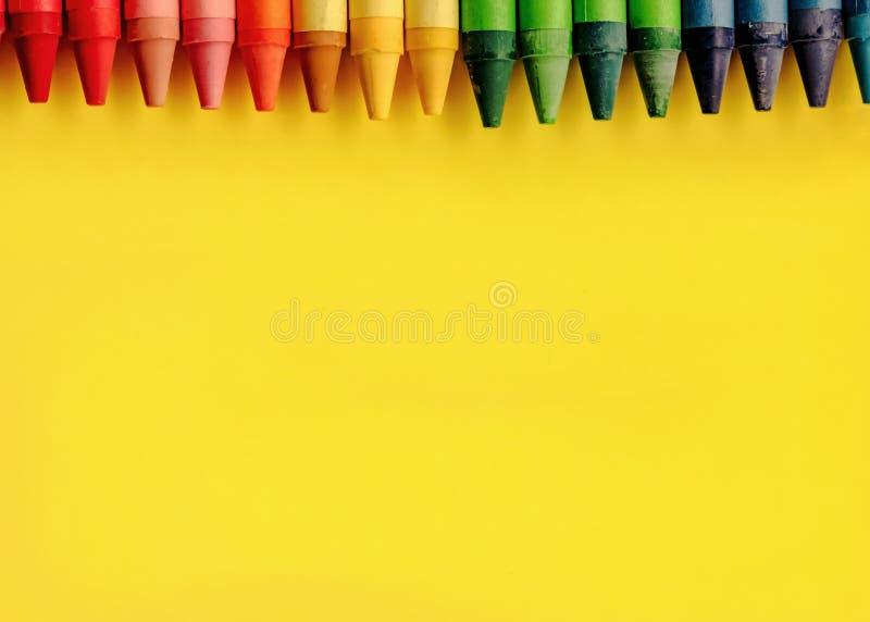 Crayonst multicolore su fondo giallo immagini stock libere da diritti