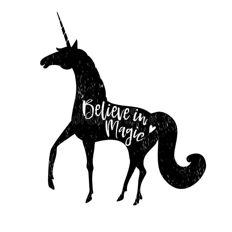 Crea en magia Texto caligráfico con la silueta negra dibujada mano del unicornio stock de ilustración